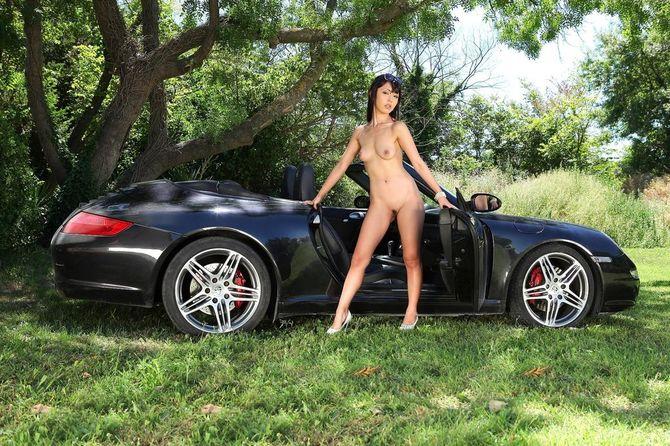 голая брюнетка возле машины