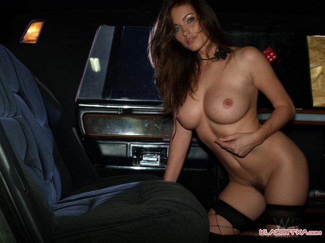 Откровенная эротика в машине с сексуальной и обнаженной девушкой